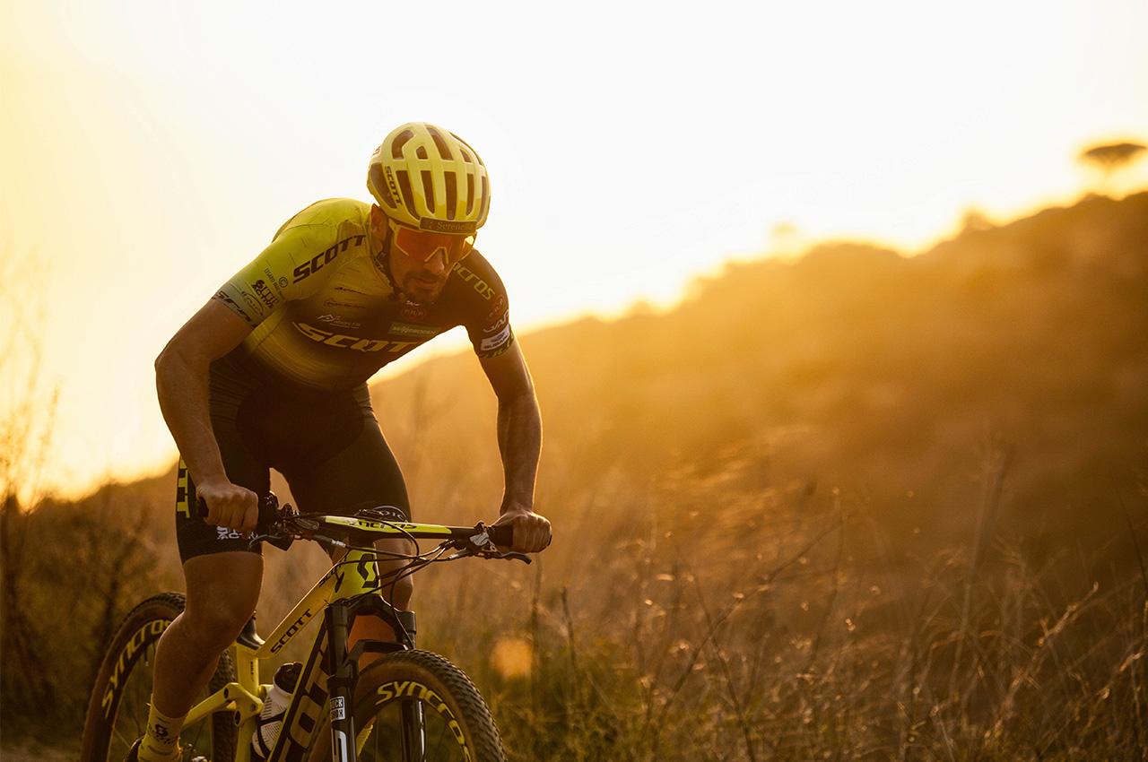 SCOTT Racing Team presenta la prima uniforme sostenibile